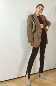 how to wear brown blazer with split ankle leggings and blue bottega veneta shoes